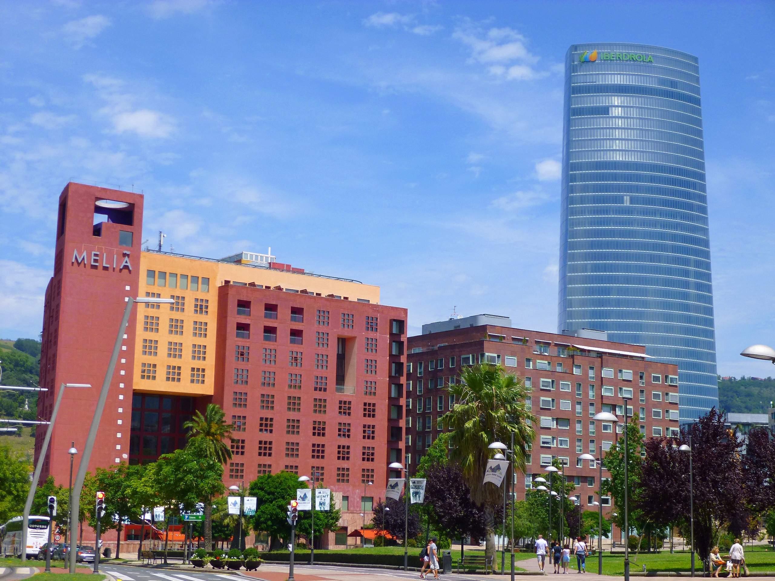 Bilbao_-_Hotel_Meliá_y_Torre_Iberdrola.jpg